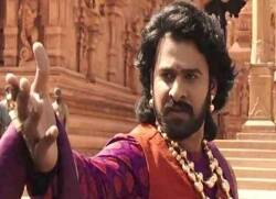baahubali prabhas welcomed by crowd at shooting