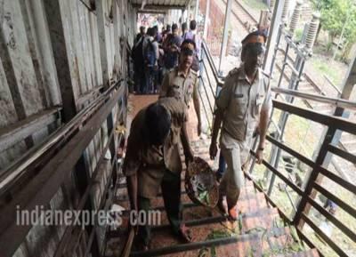 மும்பை ரயில் நிலைய கூட்ட நெரிசலில் சிக்கி 22 பேர்பலி