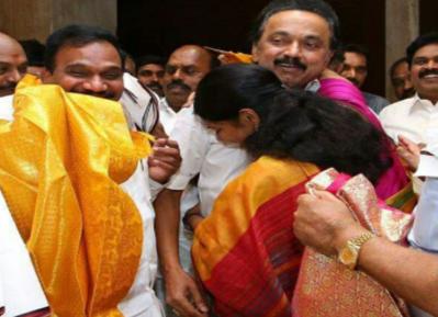 வீடியோ: ஆனந்த கண்ணீரில் அரவணைத்த கனிமொழி: பாசத்துடன் தட்டிக்கொடுத்த ஸ்டாலின்