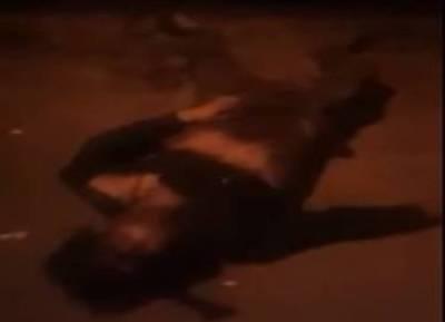 வீடியோ: ரத்தவெள்ளத்தில் கிடந்த இளைஞர்கள்: ஜீப்பில் ஏற்ற போலீசார் மறுத்ததால் உயிரிழந்த பரிதாபம்