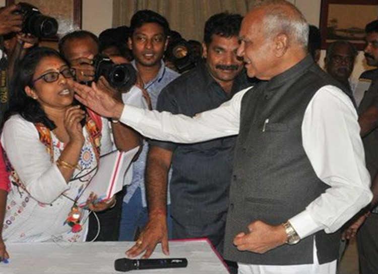 governor pats journalist cheeks
