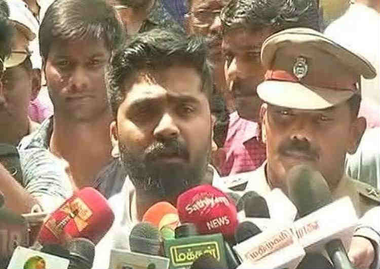 Simbu at Chennai Police Commissioner Office, asks to release Mansoor Ali Khan
