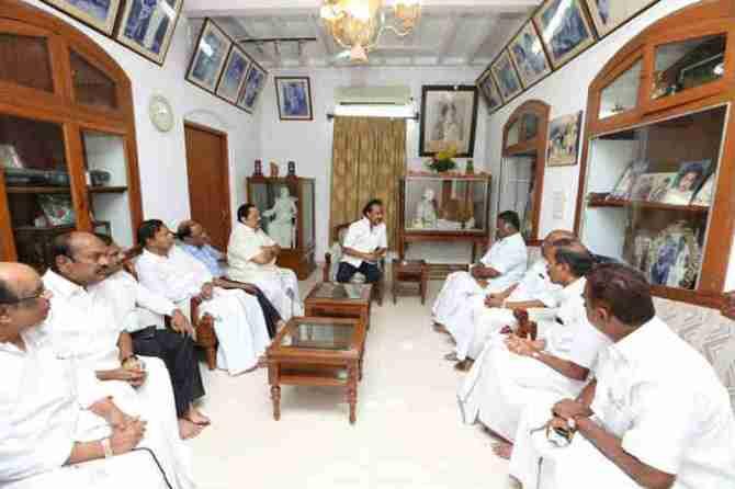 O.Panneerselvam at Karunanidhi Gopalapuram's House, AIADMK Leaders At Karunanidhi Residence, மு.கருணாநிதி இல்லத்தில் ஓ.பன்னீர்செல்வம்