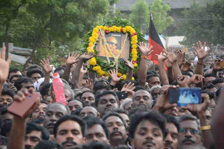 Image result for கருணாநிதியை அண்ணா சதுக்கத்தில்