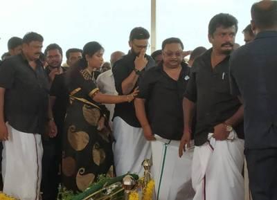 மு.க.அழகிரி பேரணி: ஆதரவாளர்களுடன் வந்து கருணாநிதி நினைவிடத்தில் அஞ்சலி