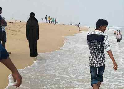 Youth roaming in burqa lands in police custody, 21 வயது வாலிபர்
