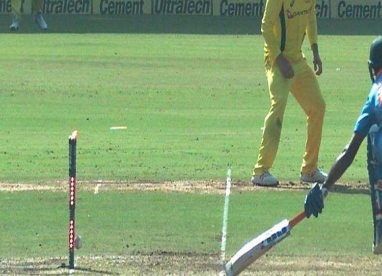 Vijay Shankar run out india vs australia virat kohli - துரத்தும் 'ரன் அவுட்' தொல்லை! மீண்டும் அட்டகாசமான வாய்ப்பை இழந்த விஜய் ஷங்கர்!