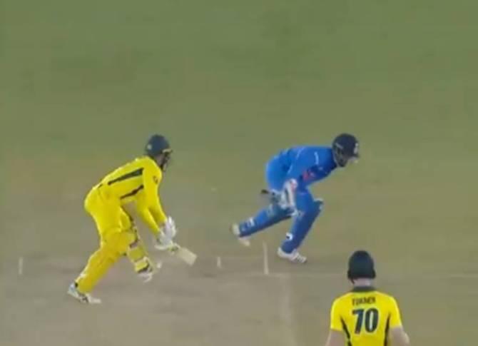 Rishabh Pant India vs australia ms dhoni virat kohli - தோனி... தோனி... என கூச்சலிட்ட ரசிகர்கள்! மனம் நொந்த ரிஷப் பண்ட்! (வீடியோ)