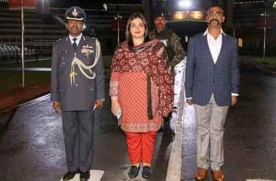 Abhinandan Walking with lady, Dr Fariha Bugti, விங் கமாண்டர் அபிநந்தன்