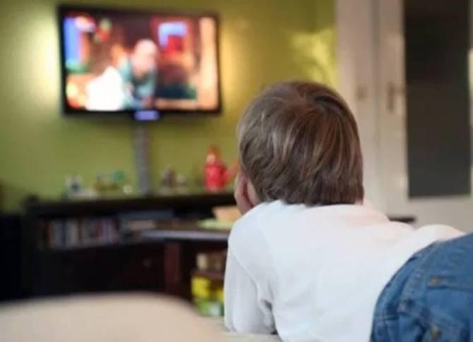 Issues of kids watching tv often - அதிக நேரம் டிவி பார்க்கும் குழந்தைகள் எதிர்நோக்கும் பிரச்சனைகள்!