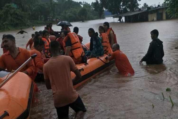 mumbai, maharashtra, heavy rain, mahalaxmi express train, passengers, மும்பை, மகாராஷ்டிரா, கனமழை, வெள்ளம், மகாலட்சுமி எக்ஸ்பிரஸ் ரயில், பயணிகள்