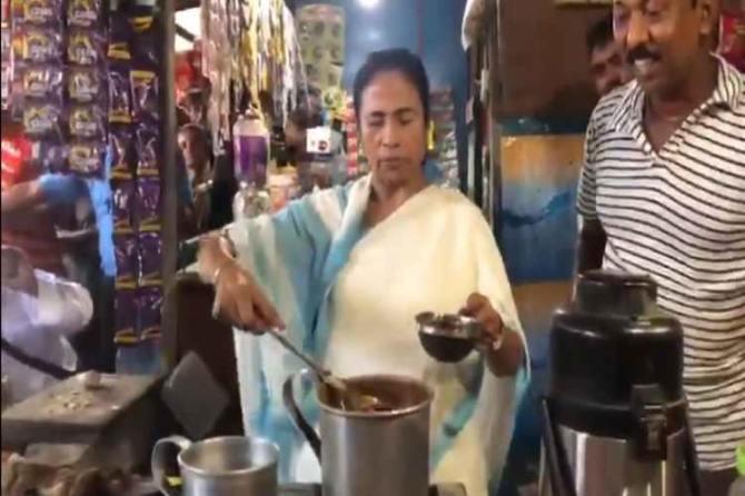 West Bengal CM Mamata Banerjee prepares tea, டீ கடைக்குச் சென்ற மம்தா பானர்ஜி, மேற்கு வங்க முதலமைச்சர் மம்தா பானர்ஜி, Mamata Banerjee, west bengal, dhiga,