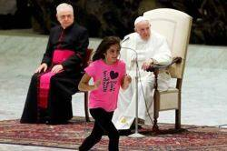 pope francis, pope general audience sermon, sick girl goes on stage pope sermon, போப் பிரான்சிஸ், போப் முன்பு மேடையில் நடனமாடிய சிறுமி, sick girl dance clap pope sermon, vatican news, Tamil indian express, viral videos
