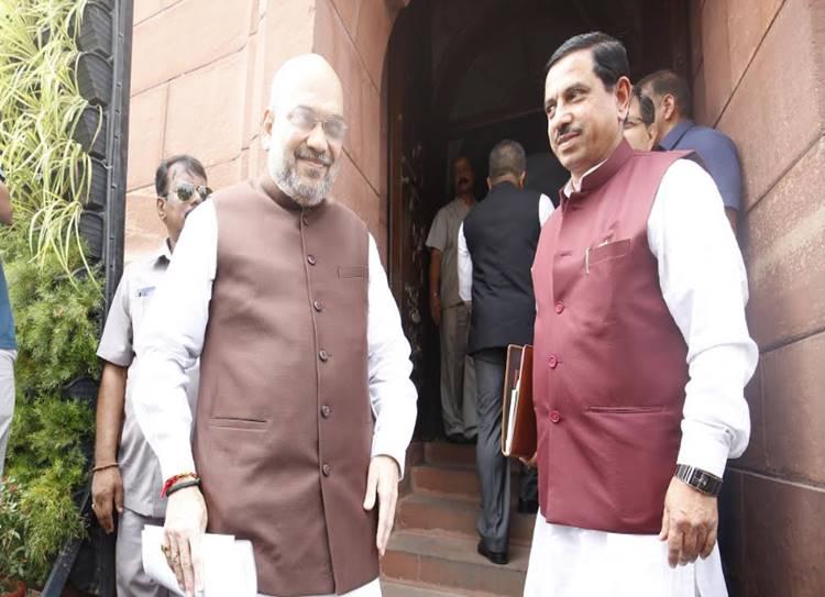 Kashmir clampdown: Amit Shah met higher officials
