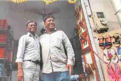 Two faces of 2002 Gujarat riots, Qutubuddin Ansari inaugurates Ashok Parmar, Ahmedabad, Ekta Chappal Shop, குஜராத் கலவரம், குதுபுத்தின் அன்சாரி, அசோக் பர்மர், 2002 Gujarat riots, Qutubuddin Ansari inaugurates Chappal Shop