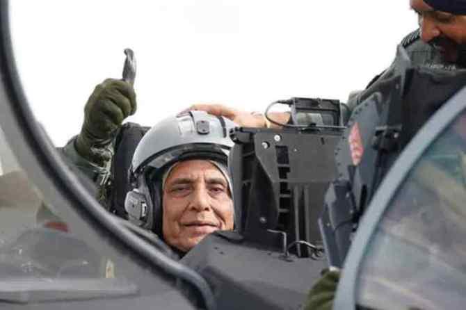 rajnath singh rafale sortie, rajnath singh, rafale, Defence Minister Rajnath Singh, rafale sorties, ராஜ்நாத் சிங், ரஃபேல் போர் விமான, ரஃபேல் விமானத்தில் பறந்தார் ராஜ்நாத் சிங், indian air force, rajnath in paris, Dassault Aviation, Tamil indian express
