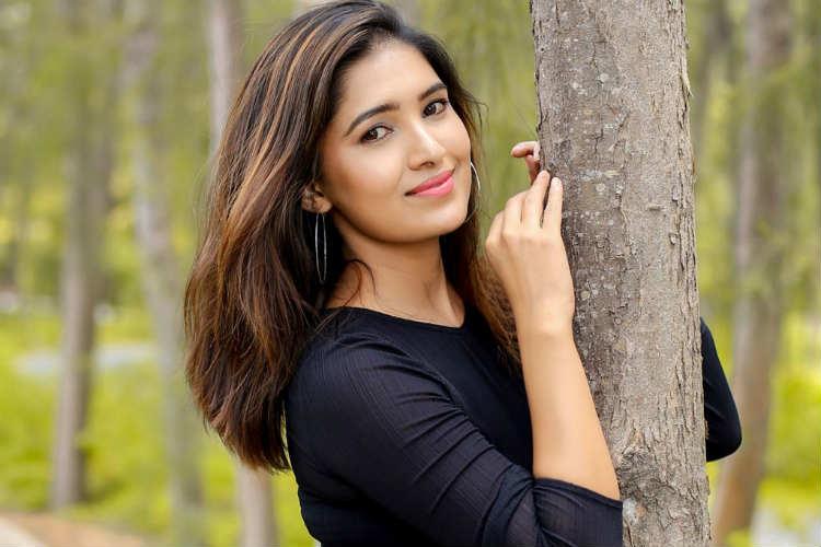 Vani Bhojan, oh my kadavule mobile number