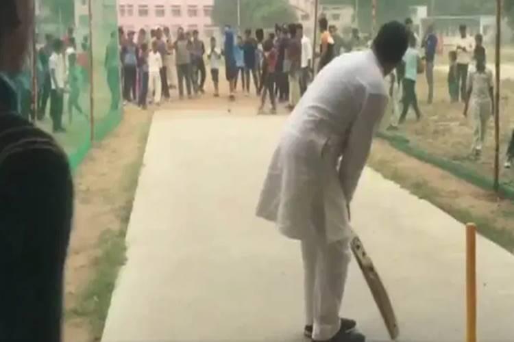 Rahul Gandhi plays cricket with Haryana students after chopper makes emergency landing - இளமை திரும்புதே... சிறுவர்களுடன் கிரிக்கெட் ஆடிய ராகுல் காந்தி
