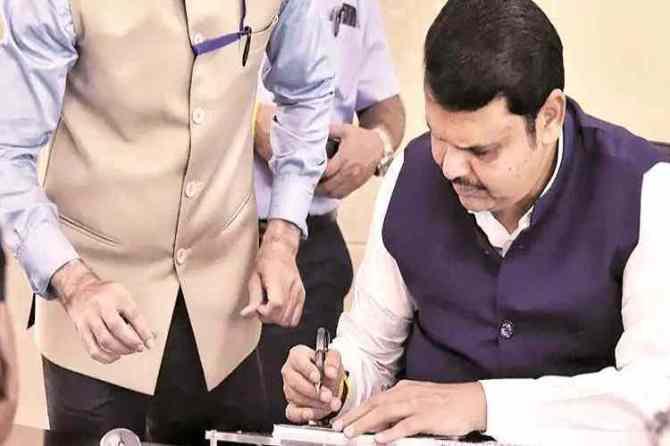 devendra fadnavis resigns, devendra fadnavis quits, தேவேந்திர ஃபட்னாவிஸ் ராஜினாமா, மகாராஷ்டிரா முதல்வர் பதவிய ராஜினாமா செய்தார் தேவேந்திர ஃபட்னாவிஸ், devendra fadnavis news, devendra fadnavis maharashtra cheif minister, maharashtra floor test, maharashtra news