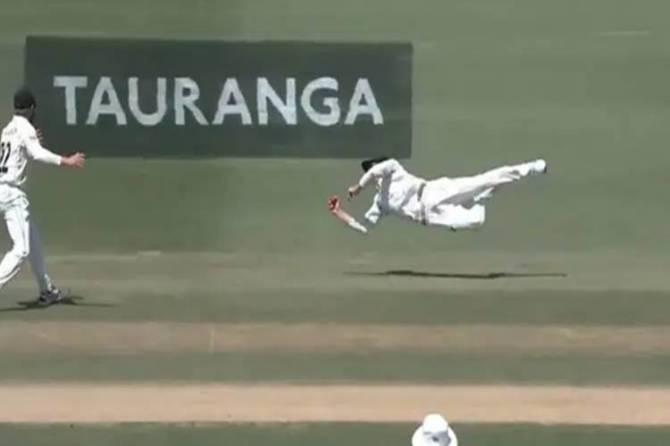 Mitchell santner catch vs england video nz vs eng test match - சிஎஸ்கே-வில் இவர் ஒர்த் 50 லட்சமே... ஆனால் இங்கிலாந்தை இவர் கதறவிட்டதுக்கு 50 கோடி தரலாம்