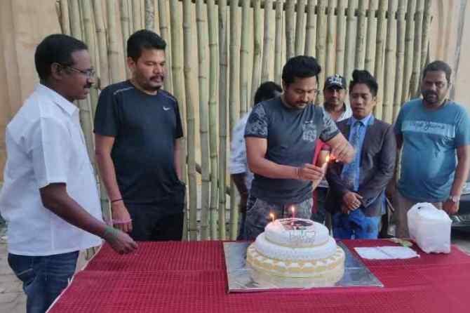 Bobby Simha, Bobby Simha is playing in Indian 2, பாபி சிம்ஹா, இந்தியன் 2, கமல்ஹாசன், இயக்குனர் ஷங்கர், Bobby Simha birthday celebration in indian 2 set, Indian 2, Kamal Haasan, director shankar
