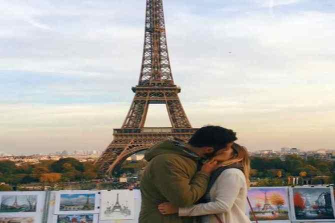 viral pictures, Kristiana Kuqi, Eiffel Tower, ஈபிள் டவர், கிறிஸ்டியானா குயி, romantic picture, kiss, a girl kissing stragers