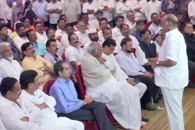 Maharastra Floor test supreme court hearings - பட்னாவிஸ் அரசு நம்பிக்கை வாக்கெடுப்பு எப்போது? உச்ச நீதிமன்றம் இன்று தீர்ப்பு > <span class=