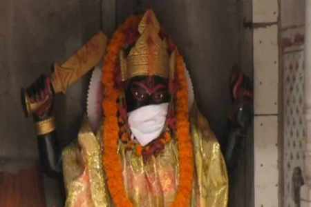 pollution, varanasi pollution, varanasi temple idols mask, god wear anti pollution mask temple, odd news, india news, viral news, indian express