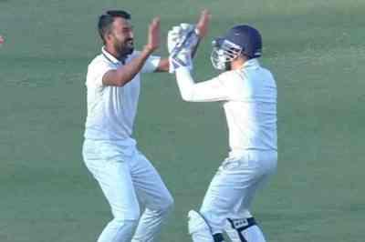 Cheteshwar Pujara, Cheteshwar Pujara bowling, pujara takes wicket in second ball, pujara takes wicket in ranji trophy, புஜாரா, ரஞ்சி கோப்பை, Cheteshwar Pujara wicket, புஜாரா பந்து வீச்சு, Cheteshwar Pujara ranji trophy, ranji trophy 2019, cricket news