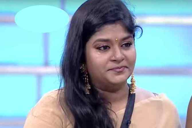 serial actress neepa cry, neepa cry in zee tamil tv, zee tv super mom show, சிரியல் நடிகை நீபா, சூப்பர் மாம், ஜீ தமிழ், neepa daughter solves her crying, neepa daughter, super mom reality show