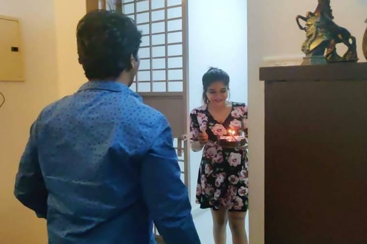 shakshi agarwal surprised biggboss cheran on his birthday - நெகிழ்ந்த சேரன் - வீடு தேடி சென்று சர்பிரைஸ் கொடுத்த பிக்பாஸ் பிரபலம்