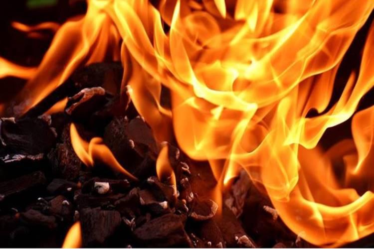 25-year-old man immolates self at India Gate - இந்தியா கேட்டில் தனக்குத் தானே தீ வைத்த 25 வயது வாலிபர்