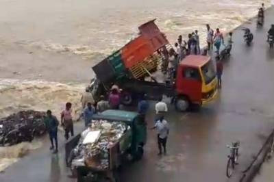thittakudi-taluk-dumps-garbage-directly-into-water-body-video-viral-two-officials-suspended