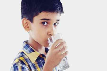 child drinking water, how much water should child drink, parenting tips to make child drink water, dehydration, parenting