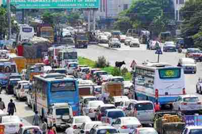 FASTag laneகளிலும் வரிசைகட்டி நிற்கும் வாகனங்கள்  – பாவம் தான் இந்த சென்னைவாசிகள்…
