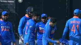 virat kohli, virat kohli ind vs aus, virat kohli catch, வீராட் கோலி, சூப்பர் கேட்ச், இந்தியா - ஆஸ்திரேலியா, Virat Kohli takes super catch, india vs australia 3rd odi, kohli jadeja, cricket news