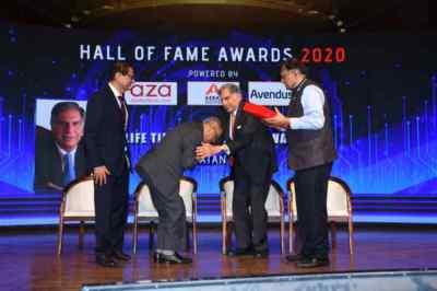infosys Narayana Murthy Touches Ratan Tata's Feets, ரத்தன் டாட்டா, இன்ஃபோசிஸ் நாராயணமூர்த்தி, infosys Narayana Murthy, ரத்தன் டாட்டா காலைத்தொட்டு வணங்கிய நாராயணமூர்த்தி, Ratan Tata chairman Chairman Emeritus, Tata Sons, Narayana Murthy Touches Ratan Tata's Feets and honour, tiecon award event, tiecon mumbai