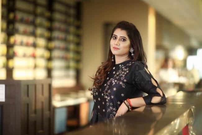 top 10 tv anchors, vijay tv priyanka