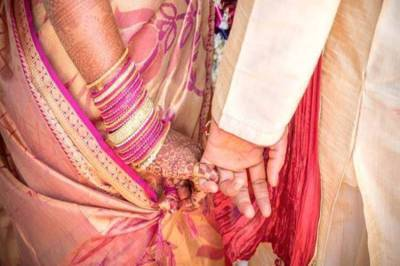 Groom's father bride's mother 'eloped' Surat appear before police 165477 - சூரத்தில் மாயமான மணமகனின் தந்தை, மணமகளின் தாய் போலீஸ் முன்பு ஆஜர்
