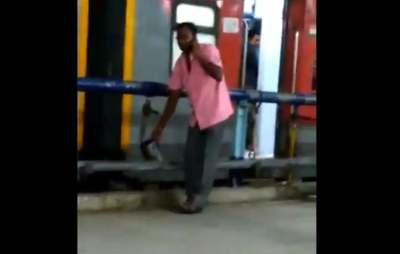 Chennai Egmore tea can water mixing video, Chennai Egmore Railway Station tea can water mixing video, சென்னை எழும்பூர் ரயில் நிலையம், டீ கேனில் கழிவு நீர் வீடியோ