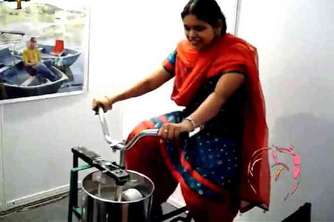 cycle grinder, cycle grinder viral video, woman pedaling cycle grinder, சைக்கிள் கிரைண்டர், வைரல் வீடியோ, woman pedaling cycle grinder viral video, invention cycle grinder