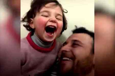 syria four year old girl laughing viral video, சிரியாவி, வெடிகுண்டு சத்தத்தை கேட்டு சிரிக்கும் சிறுமி, little girl laughing after hearing bomb blast, வைரல் வீடியோ, syria little girl laughing, viral video, syriya war