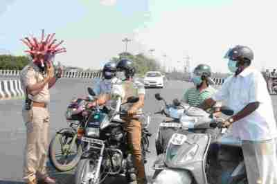 police innovative punishment, police innovative punishment to lockdown rule break people, lockdown india, lockdown tamil nadu, ஊரடங்கு உத்தரவு, ஊரடங்கை மீறுபவர்களுக்கு போலீஸ் தண்டனை, நூதன தண்டனை, கொரோனா வைரஸ், lockdown chennai, chennai police new punishment to rule break people, corona virus, covid-19, chennai police new punishment, tamil nadu police strict action, coronavirus latest news