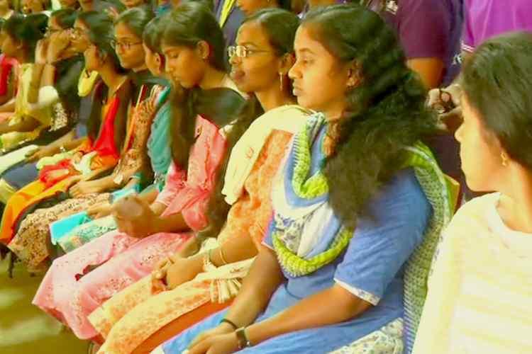 Eighty college girls donated hair for cancer patients, தலைமுடியை தானமாக அளித்த கல்லூரி மாணவிகள், புற்றுநோயாளிகளுக்கு விக் செய்ய தலைமுடி அளித்த மாணவிகள், கோவை மாணவிகள், தமிழ்நாடு, புற்றுநோய் சிகிச்சை, 80 college girls donated hair for cancer patients, தமிழ்நாடு மஹிளா காங்கிரஸ், 80 girls donated hai to make wigs, tamil nadu college girl donated hair, cancer patients, tamil nadu netizens wishes college girls, coimbatore college girls donated hair, tamil nadu mahila congress