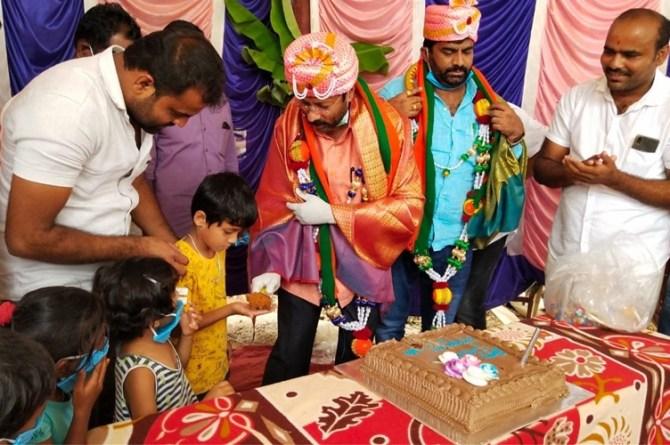 coronavirus BJP MLA Turuvekere M Jayaram today celebrated his birthday with villagers during lockdown