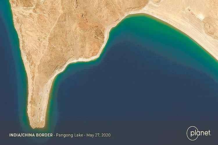 india china border satellite image, Pangong Tso satellite image, இந்தியா - சீனா எல்லை பிரச்னை, லடாக், நிலைகளை மாற்றி அமைத்த சீனா, செயற்கைக்கோள் புகைப்படம், india china military satellite image, Pangong bank, Chinese Status quo, India china standoff