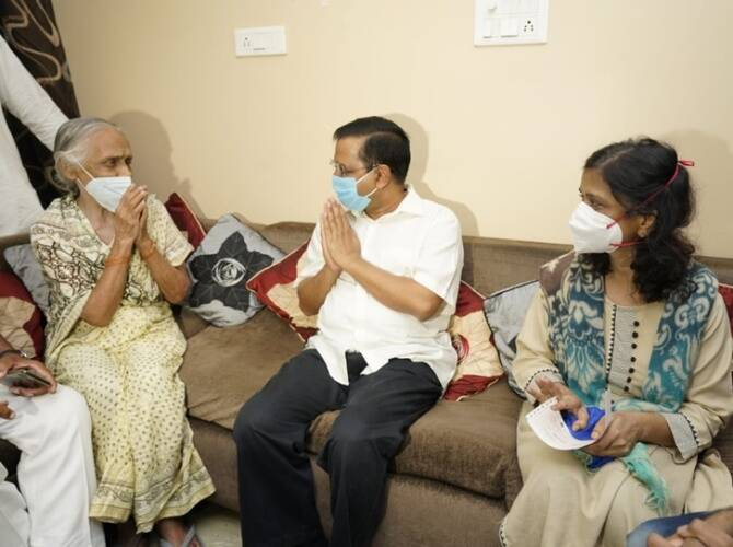 Delhi Chief minister Arvind Kejriwal gives Cheque for Rs 1 crore to the kin of deceased doctor