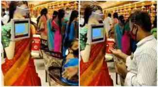 ஜவுளிக்கடையில் ஹாண்ட் சானிடைஸர் விநியோகிக்கும் பெண் ரோபோ; வைரல் வீடியோ