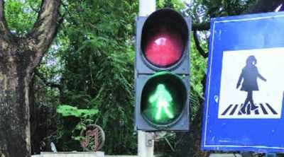 female pedestrians, traffic signals, Mumbai news, first female pedestrians traffic lights, இந்தியாவின் முதல் பெண் பாதசாரி டிராஃபிக் லைட்ஸ், மும்பை, தாதர், india first female pedestrian traffic lights, traffic signal, பெண் நடந்து செல்லும் டிராஃபிக் லைட்ஸ், Maharashtra news, mumbai dadar female traffic lights, Tamil Indian express news
