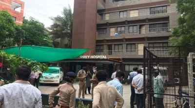 ahmedabad shrey hospital, ahmedabad shrey hospital fire, அகமதாபாத், குஜராத், கொரோனா மருத்துவமனையில் தீ விபத்து, 8 பேர் பலி, ahmedabad shrey hospital news, ahmedabad shrey hospital latest news, ahmedabad hospital fire, ahmedabad covid hospital fire, அகமதாபாத் மருத்துவமனையில் தீ விபத்து, shrey hospital ahmedabad, ahmedabad shrey hospital fire, ahmedabad news, gujarat covid 19 hospital fire news
